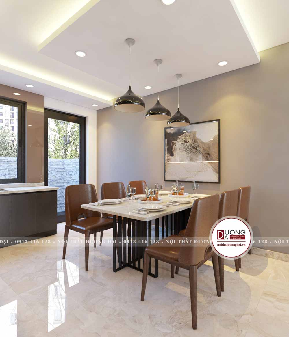 Phòng ăn được trang trí đơn giản với tranh phong cảnh cùng đèn treo