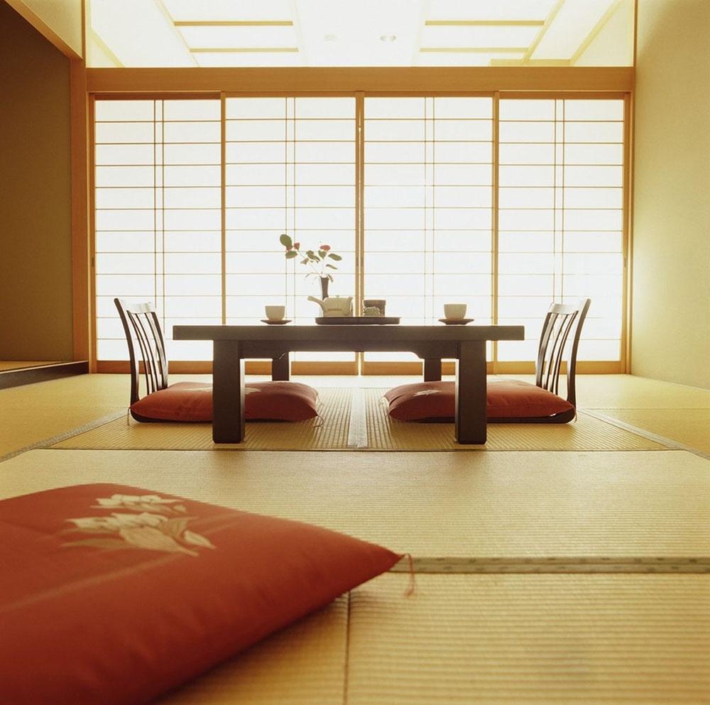 Bàn ghế chân thấp đơn giản và cửa lùa là đặc trưng phong cách Nhật