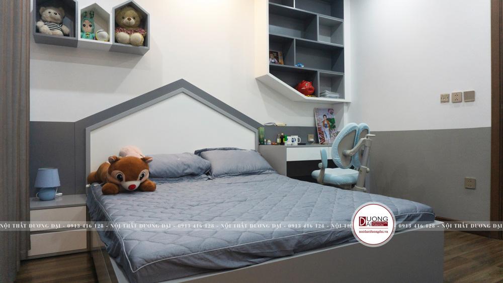 Giường ngủ màu xanh và ghi hình mái nhà cho bé trai