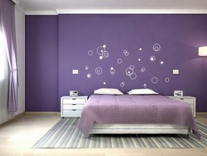 Bức tường màu tím có thể điểm thêm hoa văn nhỏ tạo ấn tượng