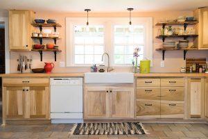 Tủ bếp làm từ gỗ bạch dương nên được tẩm sấy kỹ chống mối mọt