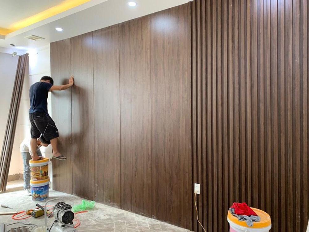 Phòng ngủ được ốp tường gỗ đẹp sang trọng và có độ bền cao