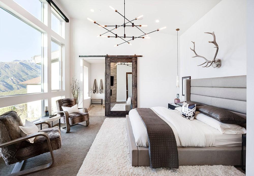 Phòng ngủ có không gian mở với cửa sổ lớn tràn ngập ánh sáng