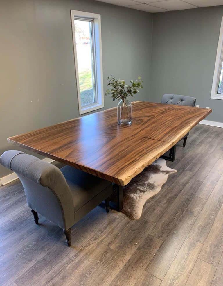 Mẫu bàn ăn ấn tượng với mặt gỗ lớn, đường vân sắc nét