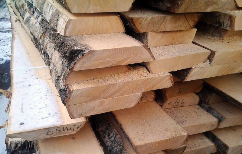 Cây gỗ Birch được xẻ nguyên tấm với tâm gỗ màu vàng kem
