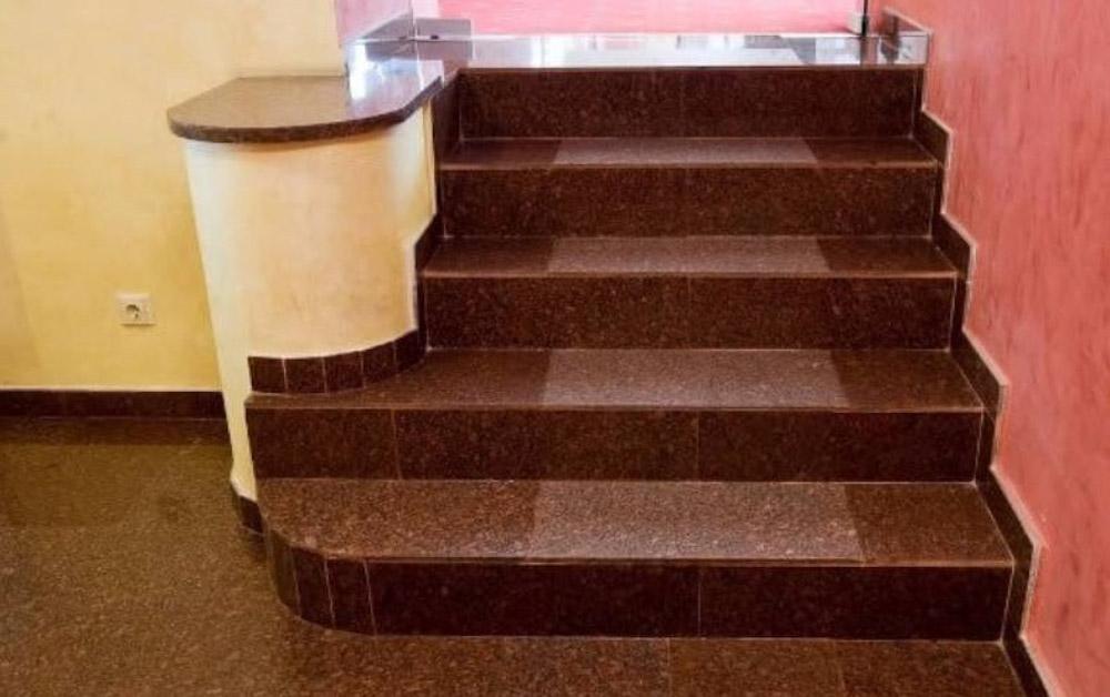 Đá cầu thang màu nâu sạch sẽ và hợp với gia chủ
