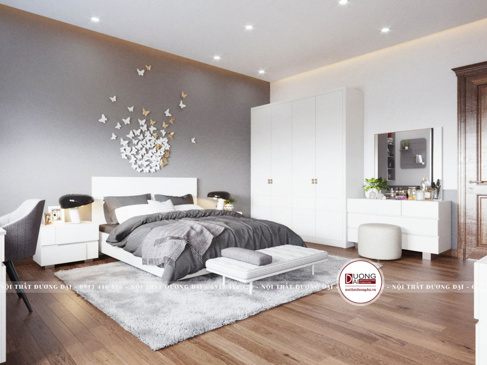 Phòng có một chiếc tủ đơn giản với gam màu trắng tinh