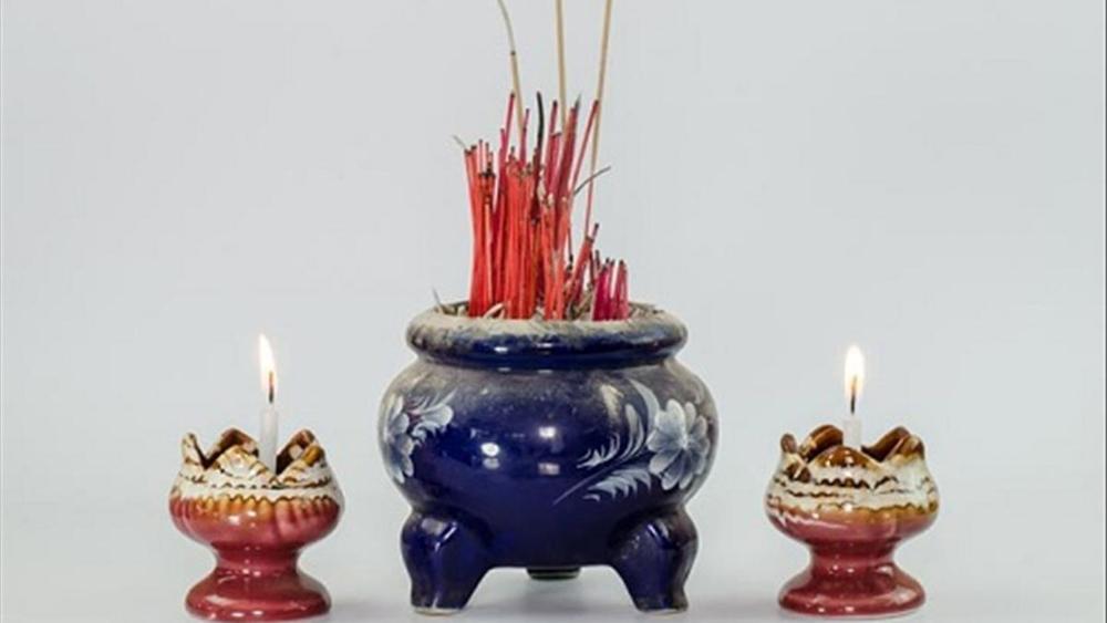 Bát hương là vật được dùng để thắp hương hoặc là nhang và là nơi dáng ngự của tổ tiên