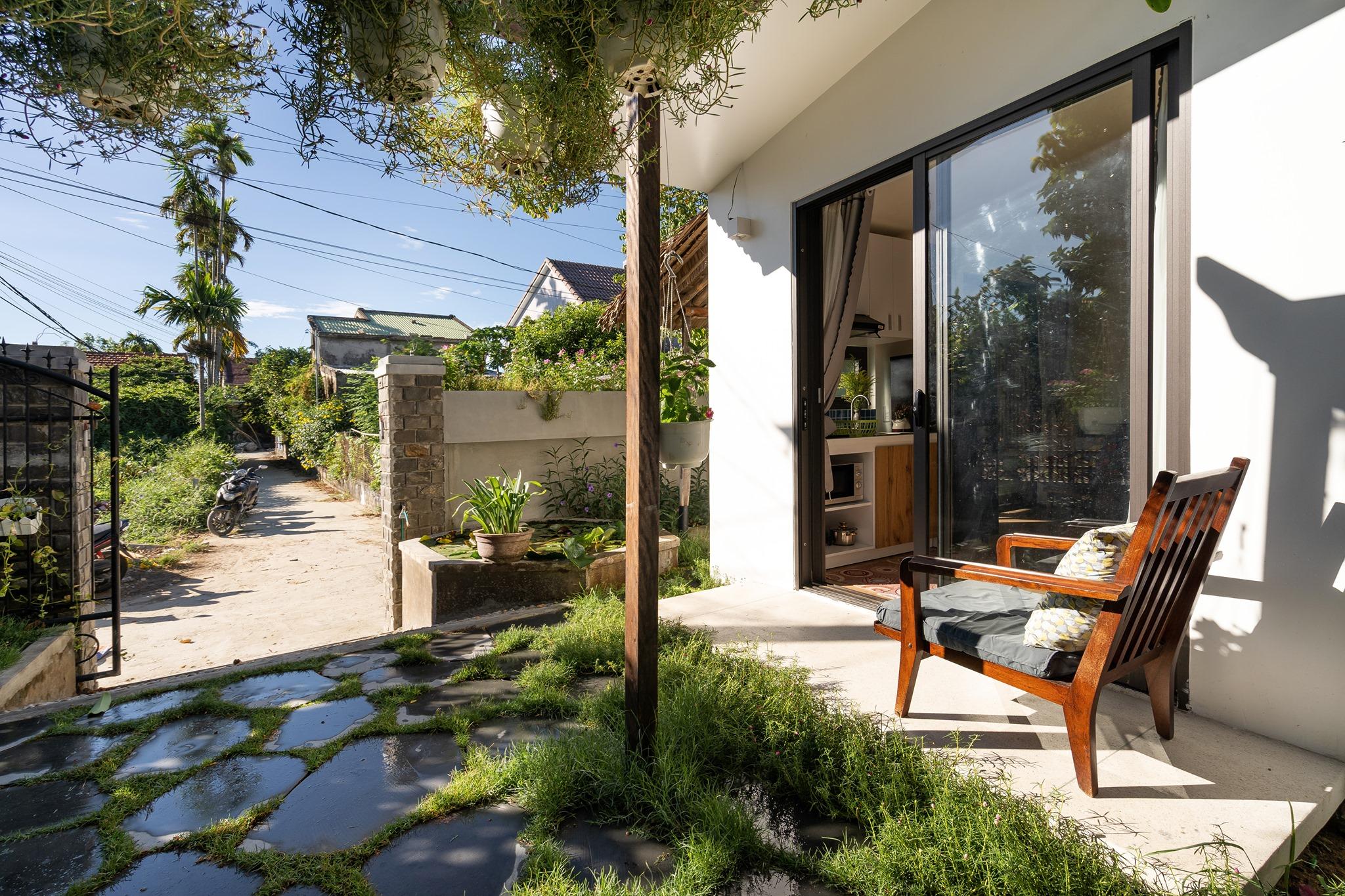 Tiến hành cải tạo không gian phòng khách, sân vườn
