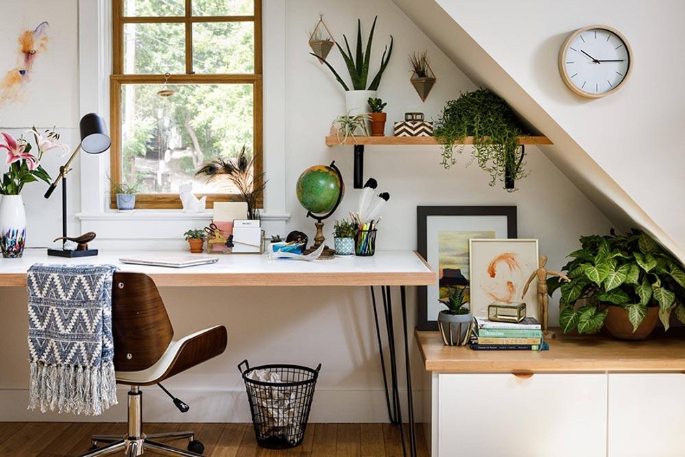 Ứng dụng chậu cây xanh để trang trí bàn học