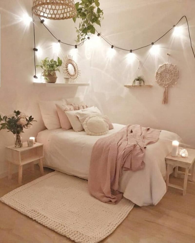 Sử dụng đèn led gắn vào bức tường đầu giường