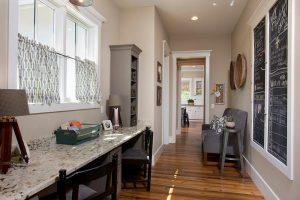 Đối với màu sắc nền hành lang thì nên lựa chọn những màu nền sẫm đại diện cho sự ổn định và bền vững