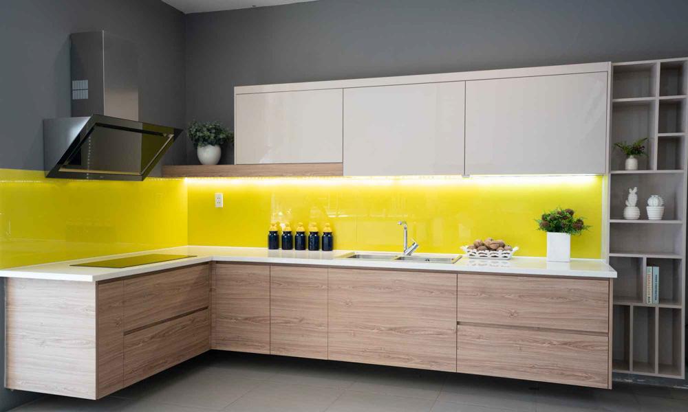 Kính màu vàng cùng với tủ bếp màu trắng hiện đại và sạch sẽ