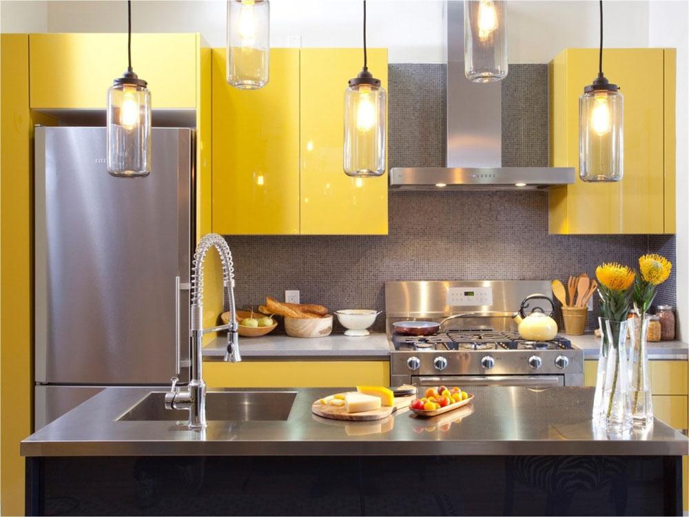 Tủ bếp màu vàng kết hợp với màu đen tạo được sự tương phản rõ rệt