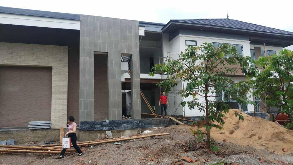 Hiện trạng bên phải kiến trúc của ngôi nhà.